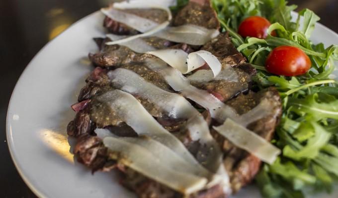 tagliata-di-manzo-con-salsa-tartufata-e-scaglie-di-grana