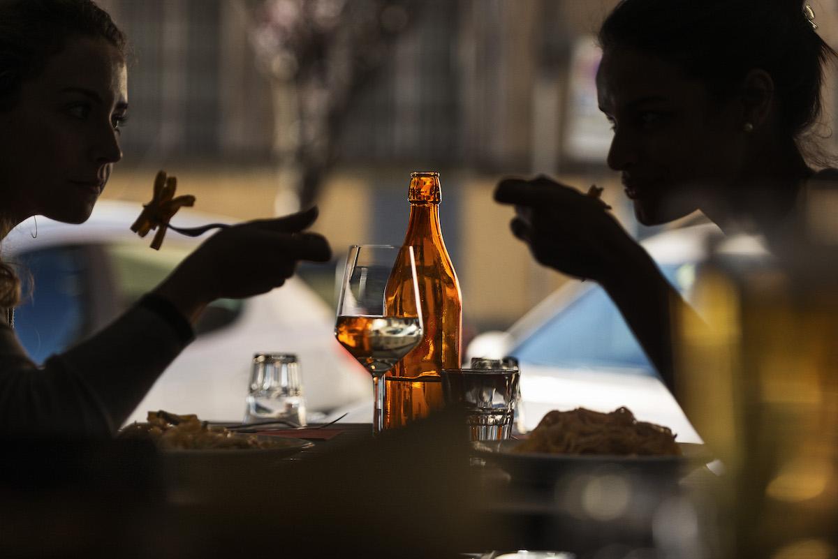 persone che mangiano al ristorante raf a roma prati