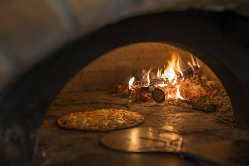 Pizza alla romana storia ingredienti e curiosit raf - Cucinare con il forno a legna ...